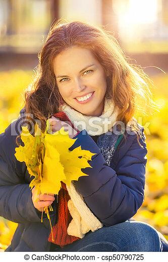belle femme, parc, jeune, automne, portrait - csp50790725