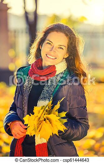 belle femme, parc, jeune, automne, portrait - csp61444643
