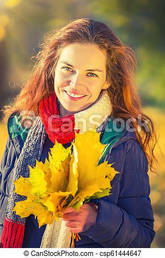 belle femme, parc, jeune, automne, portrait - csp61444647