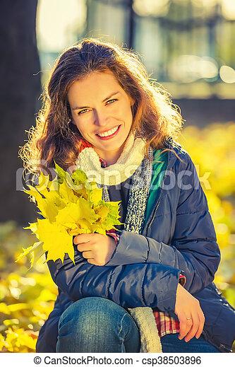 belle femme, parc, jeune, automne, portrait - csp38503896