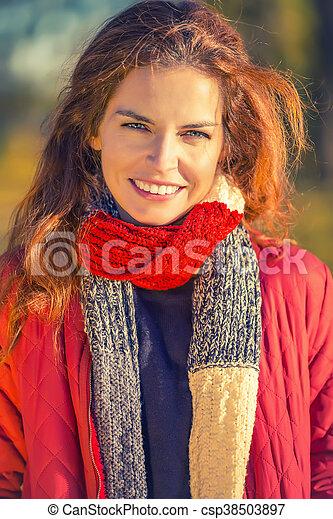 belle femme, parc, jeune, automne, portrait - csp38503897