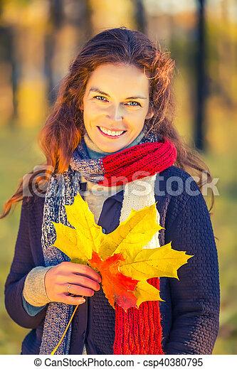 belle femme, parc, jeune, automne, portrait - csp40380795