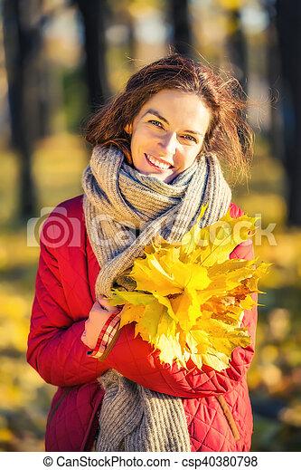 belle femme, parc, jeune, automne, portrait - csp40380798