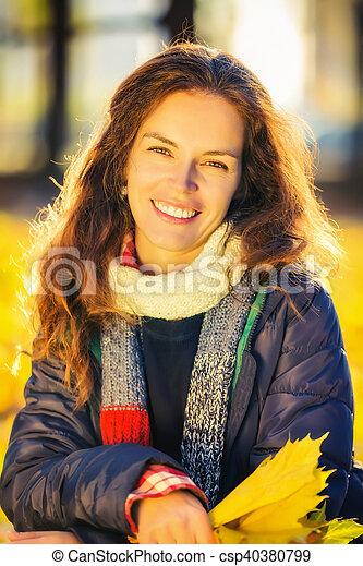 belle femme, parc, jeune, automne, portrait - csp40380799