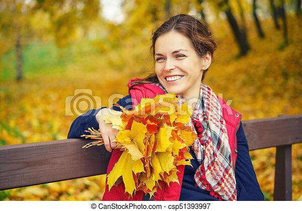 belle femme, parc, jeune, automne, portrait - csp51393997
