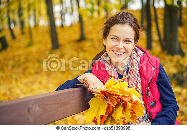 belle femme, parc, jeune, automne, portrait - csp51393998