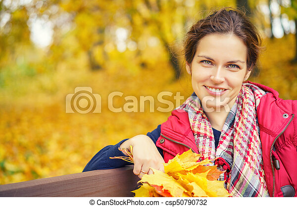 belle femme, parc, jeune, automne, portrait - csp50790732