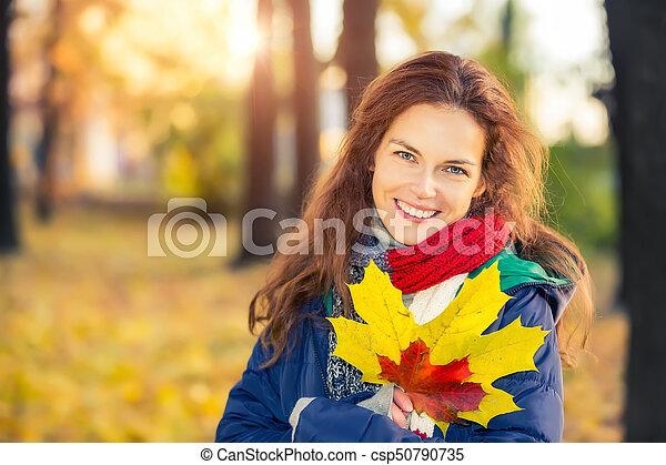 belle femme, parc, jeune, automne, portrait - csp50790735