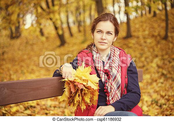 belle femme, parc, jeune, automne, portrait - csp61186932