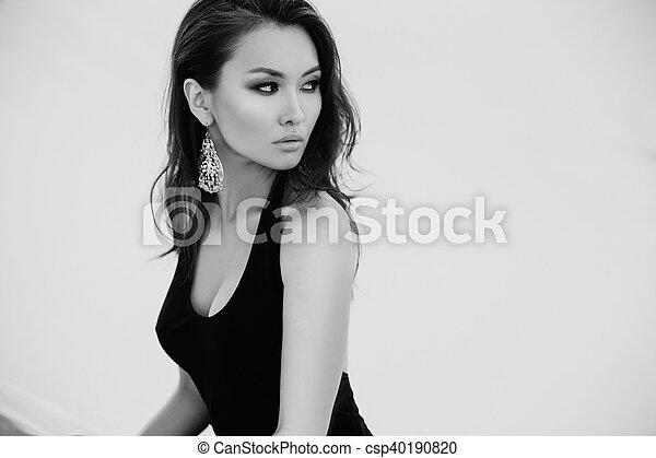 belle femme photo noir asiatique desert sexy blanc photo de stock rechercher images. Black Bedroom Furniture Sets. Home Design Ideas