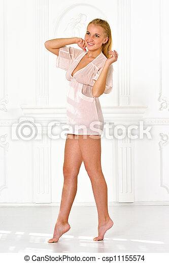 Belle femme, pieds nue, lingerie, intérieur, blanc, studio. Belle ...