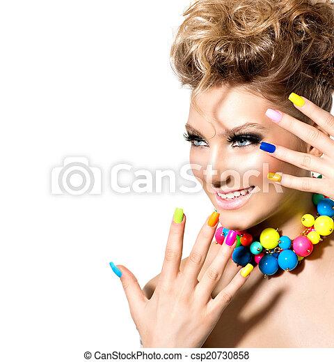 Una belleza con maquillaje colorido, esmalte de uñas y accesorios - csp20730858