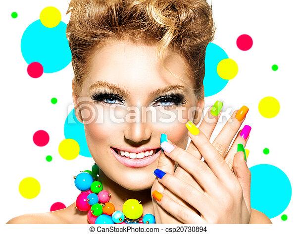 Una belleza con maquillaje colorido, esmalte de uñas y accesorios - csp20730894