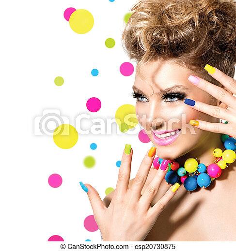 Una belleza con maquillaje colorido, esmalte de uñas y accesorios - csp20730875