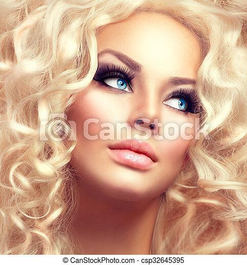 Una belleza con el pelo largo y largo y rizado - csp32645395