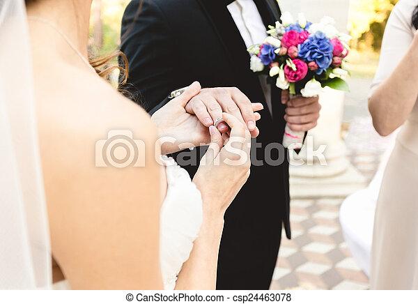 bello, giovane, sposa, mettere, dito, fede, sposi - csp24463078