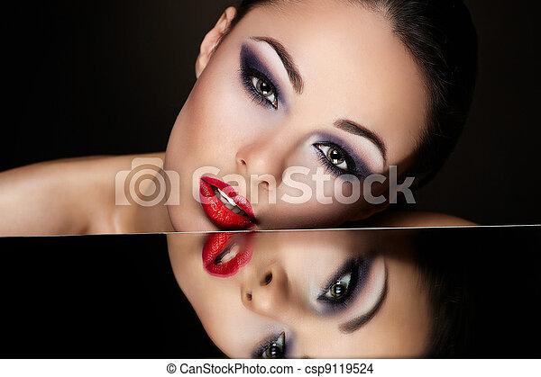 bello, scuro, moda, riflessione, lei, trucco, luminoso, alto, labbra, brunetta, look.glamour, sexy, specchio, ritratto, ragazza, tavola, rosso - csp9119524