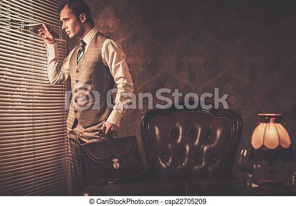 bem-vestido, através, homem, pasta, jalousie, olhar - csp22705209