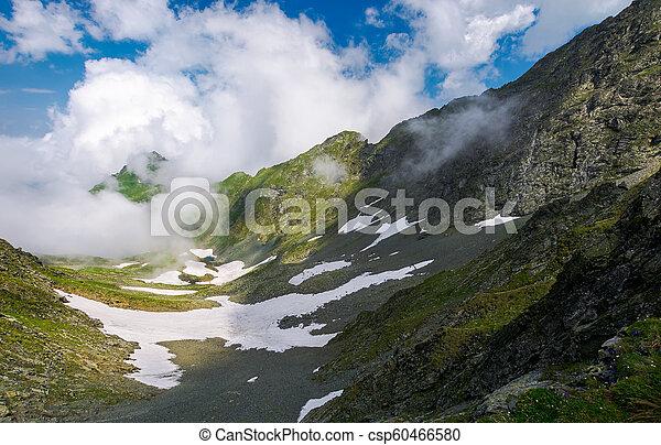 Entfernter Berggipfel in der Wolkenbildung - csp60466580