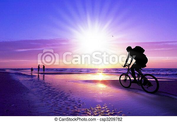 berg fietser, strand, ondergaande zon  - csp3209782