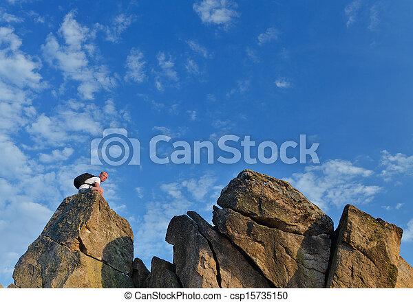 Backpacker auf einem entfernten steinigen Berggipfel - csp15735150
