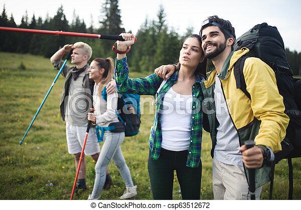 berg, wandelende, groep, hikers, het glimlachen - csp63512672
