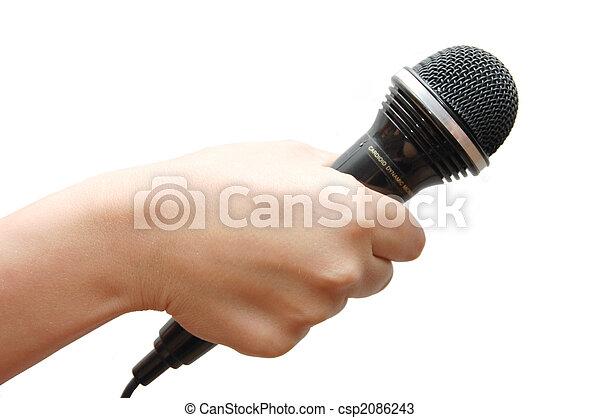 Frauenhand hält ein Mikrofon an weißem Hintergrund - csp2086243
