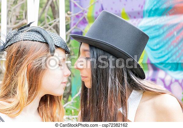 bibi, homosexuel, pique-nique, rassemblement, steampunk, sommet, multiracial, urbex, baisers, pendant, femmes, voile, chapeau - csp72382162
