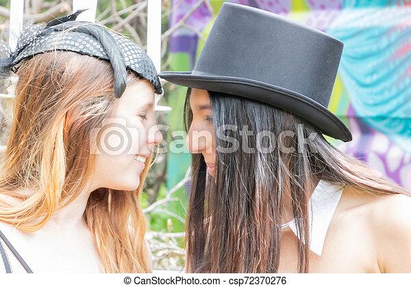 bibi, urbex, steampunk, couple, sommet, équipement, noir, voilier, endroit, heureux, chapeau, lesbienne, célébration - csp72370276