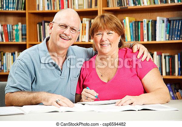 bibliotheek, volwassene, scholieren - csp6594482