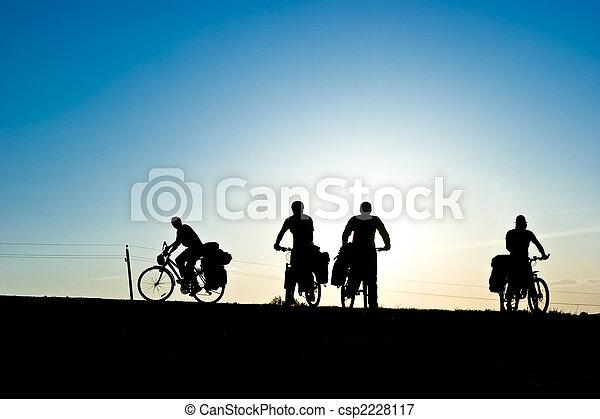 Silueta de turistas en bicicleta - csp2228117