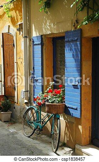 Vieja bicicleta frente a una ventana - csp1838457
