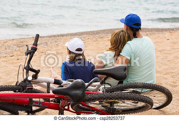 bicycles, rodzice, syn - csp28253737