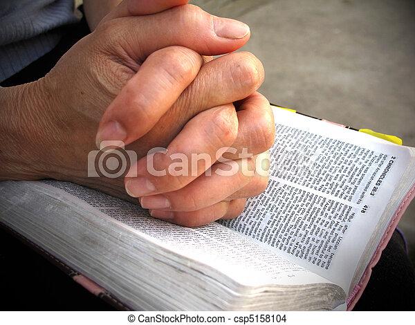biddend, bijbel, handen - csp5158104