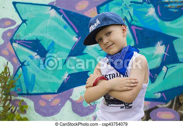 biodro, chłopiec, chmiel, barwny, taniec, na, młody, wall., przedstawianie, nastolatek, tło, textured, przód, graffiti, 5-years - csp43754079