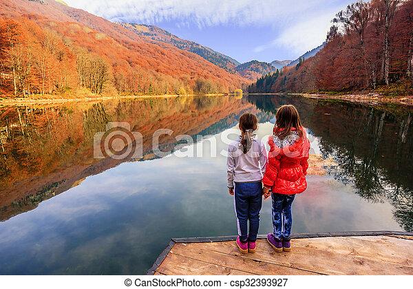 (biogradsko, peu, jezero), biogradska, montenegro, parc national, deux, lac, gora, filles, biograd, automne, apprécier, vue - csp32393927