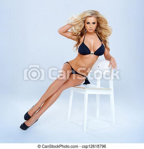 biquíni, mulher, loiro, cadeira, sentando - csp12618796