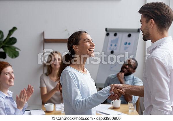 biracial, opgewekte, werknemer, voelt, w, bevorderde, gekregen, handshaking, vrolijke  - csp63980906