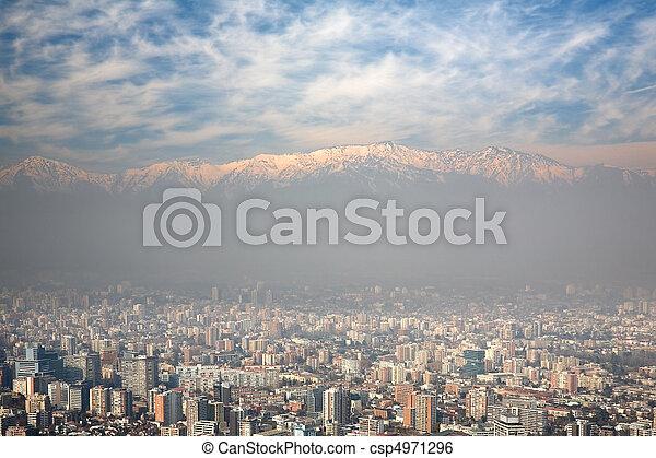 Visión de ojos de pájaro de los pies y Santiago, Chile, vista desde Cerro San Cristobal - csp4971296