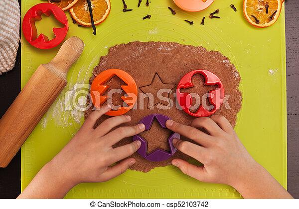biscotti pan zenzero, cima, bambino, -, mani, fabbricazione, vista - csp52103742