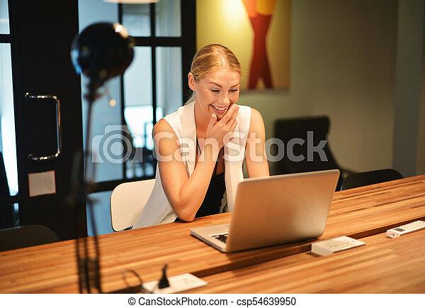 biuro, handlowy, laptop, używając, dziewczyna, blondynka - csp54639950