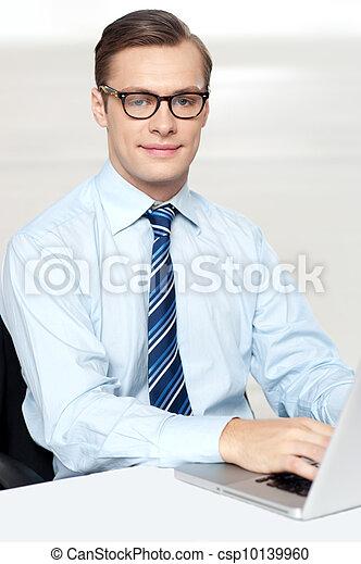 biuro, posiedzenie, laptop, używając, krzesło, człowiek - csp10139960