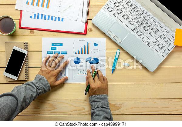 biuro, prospekt, pióro, wykresy, osoba, kawa, notatnik, dyskutując, wykresy, handlowy, laptop, desk., górny, smartphone - csp43999171