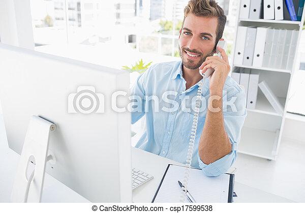 biurowa głoska, komputer, używając, uśmiechnięty człowiek - csp17599538