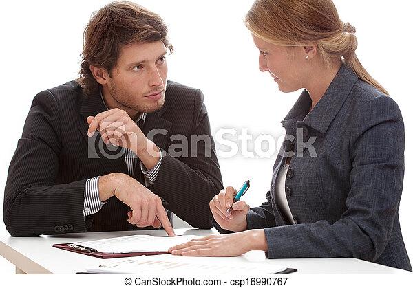 biznesmen, znacząc, przekonywanie, kontrakt - csp16990767