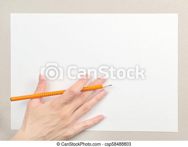 Mano con lápiz en hoja de papel en blanco - csp58488803