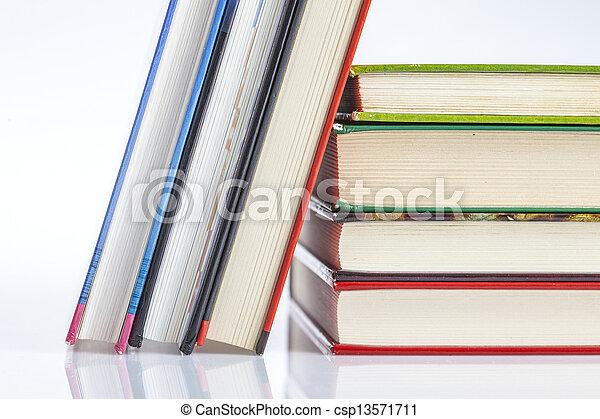 Un montón de libros aislados en blanco - csp13571711