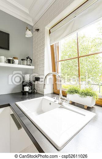 Un fregadero blanco en la cocina moderna - csp52611026