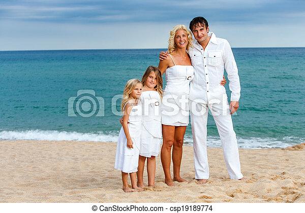 Sonar con familiar vestido de blanco