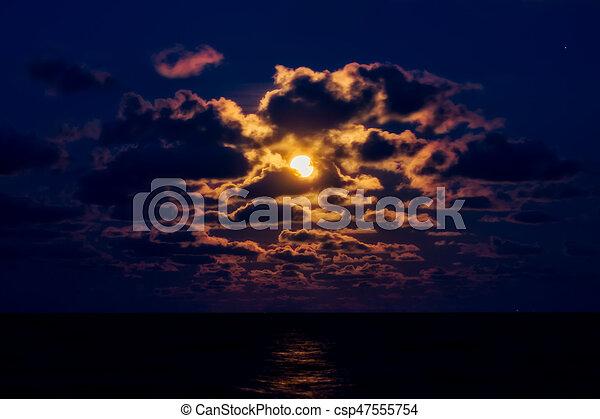 blauer himmel, rotes , night., mond - csp47555754